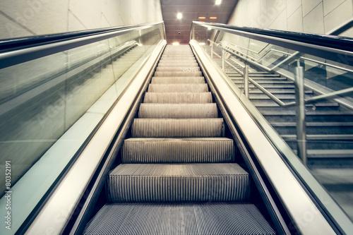 Scale mobili in stazione ferroviaria - 80352191