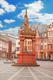 Der reich verzierte Marktbrunnen vor dem Mainzer Dom