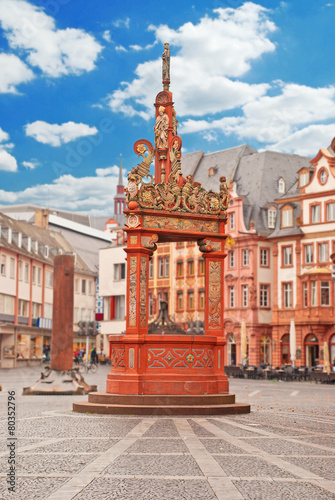 Foto op Plexiglas Fontaine Der reich verzierte Marktbrunnen vor dem Mainzer Dom