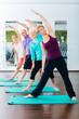 Leinwanddruck Bild - Junge und alte Leute beim Gymnastik Training