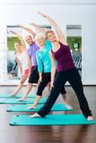 Junge und alte Leute beim Gymnastik Training