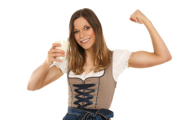 Hübsche Frau hat Muskeln dank Milch