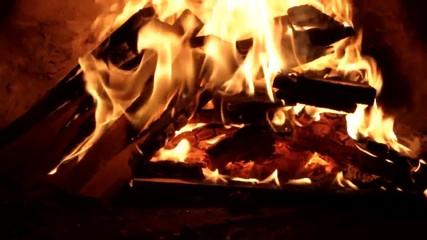 Fuoco e fiamme in primo piano con tizzoni e braci ardenti