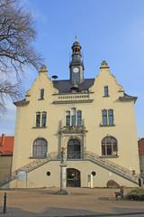 Möckern: Rathaus mit Stele Stadtgöttin (1895, Sachsen-Anhalt)