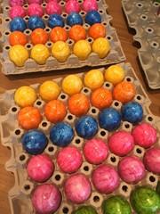 Sortierte und eingefärbte Ostereier