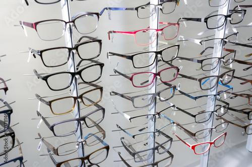 Leinwanddruck Bild Brillenkollektion im Optikergeschäft