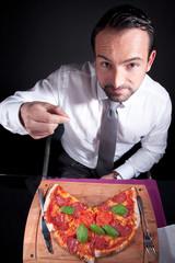 Mann findet Faden oder Haar in seiner Pizza und ekelt sich