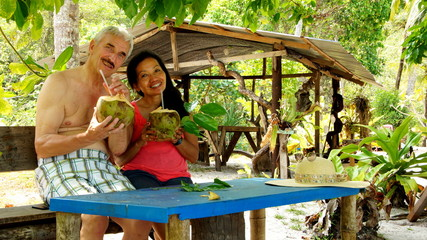 glückliches älteres Paar genießt tropischen Urlaub