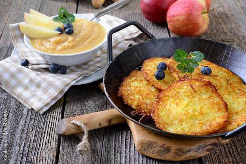 Leinwanddruck Bild Leckere Kartoffelpuffer mit Apfelmus
