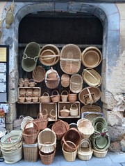 puesto callejero de venta de cestas de mimbre