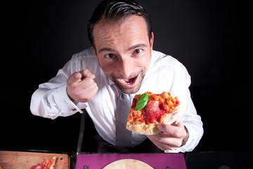 Junger Mann mit Pizza Salami beschwert sich beim Kellner