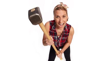 Junge Frau mit einen grossen Hammer