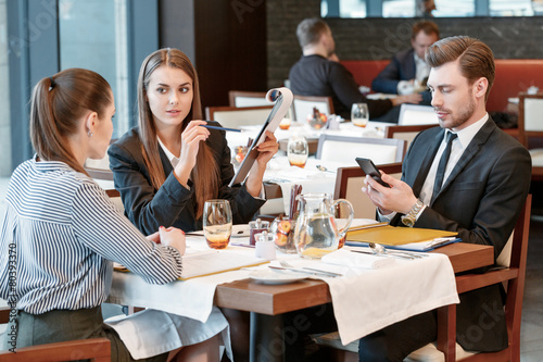 Business discussion at the lunch between colleagues - 80393370