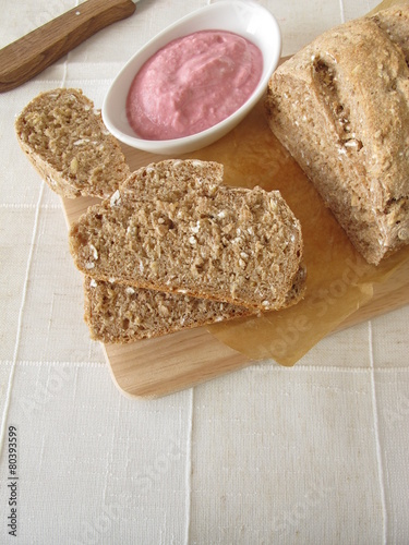 Fotobehang Brood Selbst gebackenes Vollkornbrot mit Gemüseaufstrich