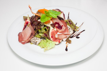 Salad with figs and parma