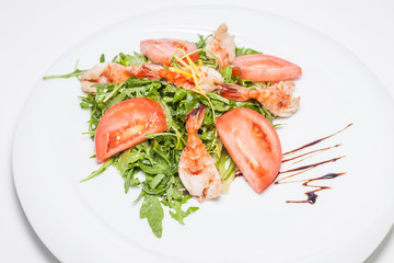 Salad of arugula, tomatoes and shrimp