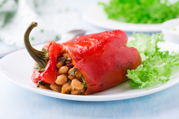 Red pepper stuffed with white beans