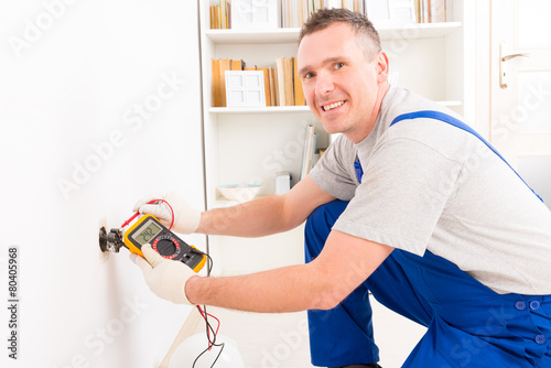 Electrician checking socket - 80405968
