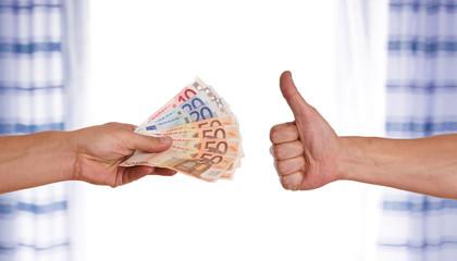Daumen nach oben - Hand reicht Geld