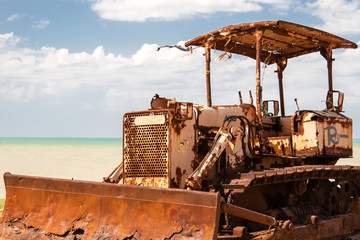Retroexcavadora Oxidada junto al Mar