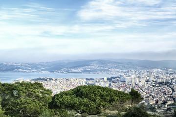 Blick von einem Berg auf die Hafenstadt Tanger