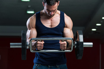 Bodybuilder doing biceps curl