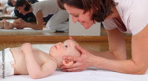 Leinwanddruck Bild Osteopahie bei einem Baby