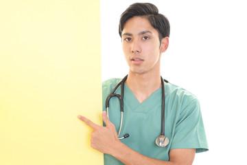 ボードを持つ医師
