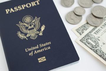 アメリカのパスポート、ドル紙幣とコイン
