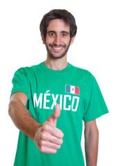 Mexiko-Fan mit Bart zeigt den Daumen