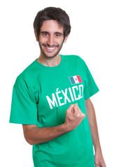 Jubelnder Mexiko-Fan mit Bart