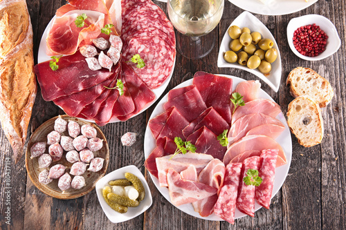 Papiers peints Table preparee meat,bread and olive