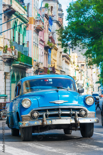 Poster Havana Vintage american car on a street in downtown Havana