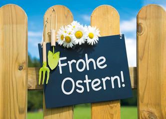 Schild am Gartenzaun: Frohe Ostern