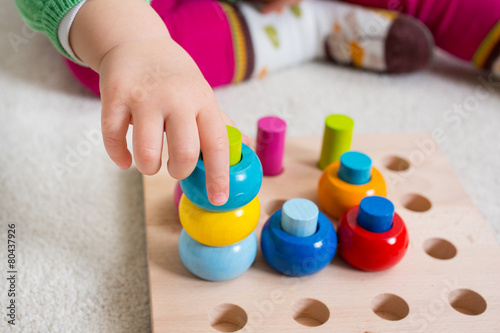 Leinwanddruck Bild Kleinkind spiel mit Steckspiel