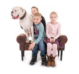 Kinder mit ihrem Hund