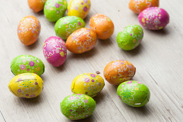 Ovetti pasquali di cioccolato nella stagnola colorata su un tavo