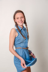 Modelo adolescente con fondo neutro 04