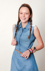 Modelo adolescente con fondo neutro 03