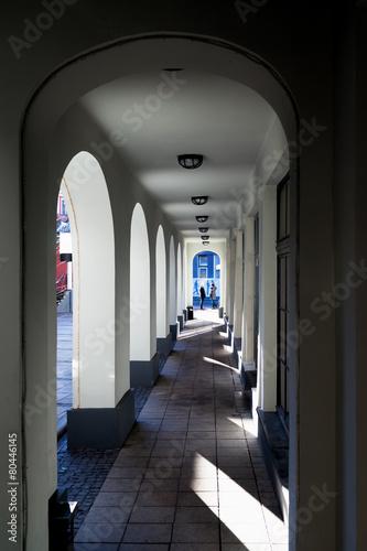 arkada-luki-z-lekkim-cieniem-w-budynku
