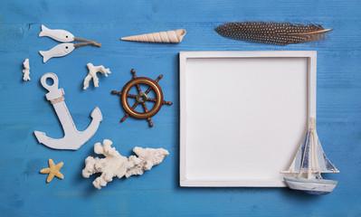 Maritime Dekoration in blau weiß mit Schild und Yacht