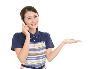 スマートフォンを持つ主婦