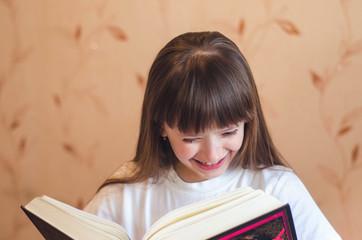 Девочке нравится книга