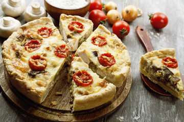 Kish with chicken, mushrooms and cherry tomatoes