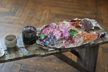 Palette on a wooden bench table