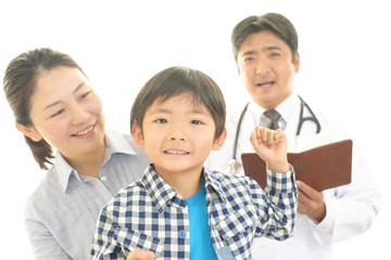 笑顔の親子と男性医師