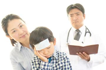不安な表情の男の子と男性医師