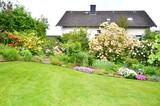 Garten und Einfamilienhaus