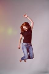 glückliche frau springt hoch vor freude