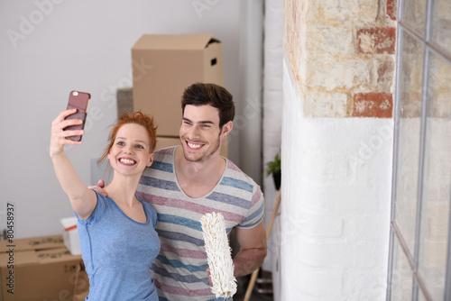 Leinwanddruck Bild glückliches paar macht ein selfie beim umzug in neue wohnung